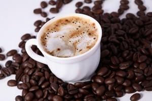 O café é uma delícia, mas substâncias como ele ou os refrigerantes de cola, que possuem a cafeína, devem ser evitadas antes do sono