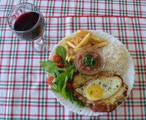 Prato do Nogueira Gourmet, com arroz, feijão, cação, salada, fritas e ovo (Renata Nunes)