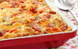 O prato gostoso leva sobras de pães, ervas, salsichas e uma mistura de leite e ovos (Divulgação)