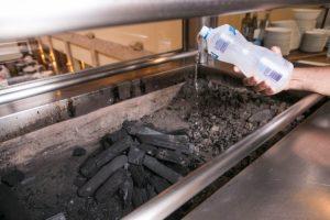 O uso de álcool pode causar labaredas na hora de assar carnes (Divulgação)
