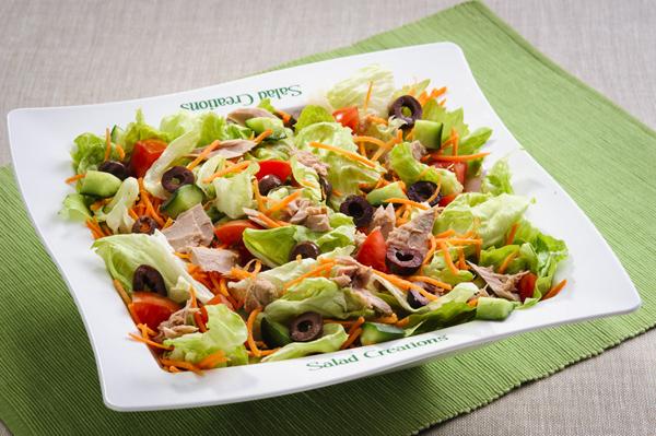 Saladas ajudam a refrescar e manter-se hidratado no calor