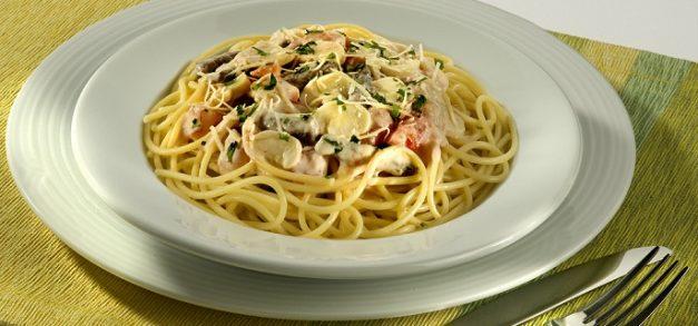 Spaghetti ao Molho de Strogonoff é opção de prato rico em carboidratos e proteínas