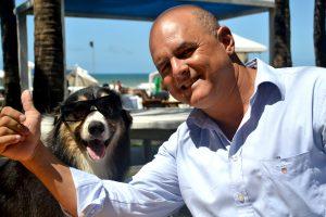 O Chef Lúcio Figueiredo e o seu fiel escudeiro, Scott, mascote do Vojnilô Praia (Foto: Carlos Eduardo)