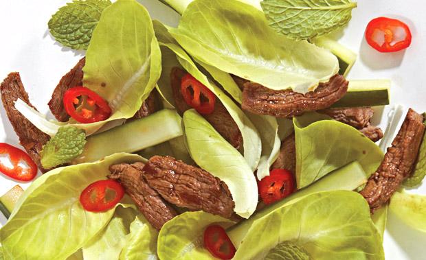 Salada crocante com filé-mignon para o jantar