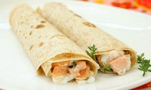 Enroladinho de salmão com queijo cremoso (Codo Meletti/Divulgação)