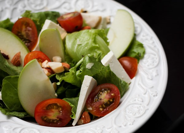Combinação para o jantar: salada e suco detox