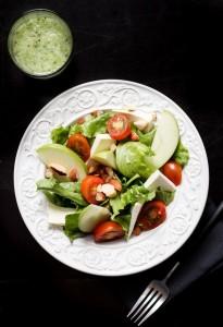 Salada e suco detox (Foto: Marcel Gussoni)