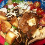 Prato com tofu defumado , gluten, shitake e vegetais