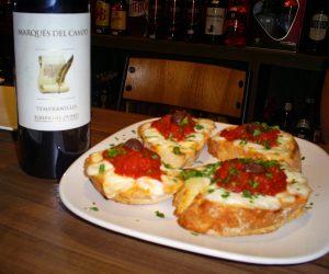 Bruschetta Napolitana acompanhada de vinho espanhol