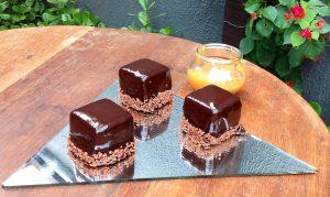 Entremet de chocolate e caramelo... Apenas uma das delícias da Anna Paula Doceria Contemporânea