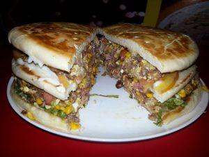 Quarteirão: mega sanduíche é um dos destaques da casa (Foto: Divulgação)