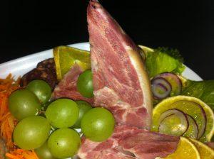 A arte da charcuterie, com carne de porco curada