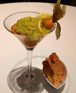 Taça de tartare de salmão e guacamole