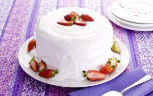 Bolo com recheio de morangos e marshmallow (Divulgação)