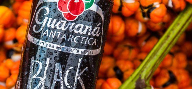Guaraná Antarctica Black realiza ações na Praia do Futuro