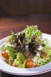 Salada do L'Entrecotê como entrada (Foto: Taygoara Martins)