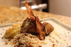 Filé mignon suíno ao molho de mostarda escura com batata anna e farofinha de bacon: delícia escolhida para o jantar harmonizado do Indie Café Bistrô