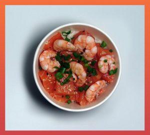 O poke, prato havaiano, é a principal oferta do Mahalo Poke, que traz ingredientes de base como camarão, salmão ou atum