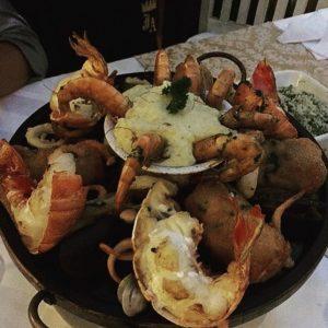 Delícias do Jardim do Alchymist: grelhado imperial, com lagostas, sirigado empanado com cream cheese, camarões, vôngoles e mais (Divulgação)