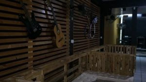 Meeting Point Pub: casa aposta no rock n' roll como tema