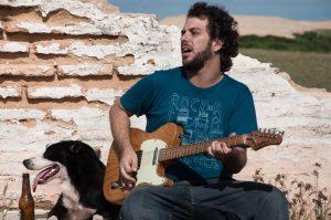 O músico Felipe Cazaux agitará a inauguração do empório