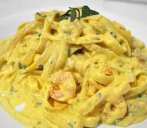 Fettucine Rebeca com camarões e molho especial
