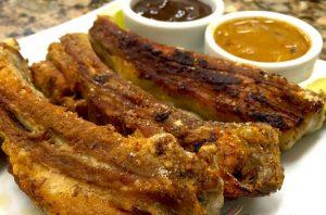 Costeletas de porco com barbecue e chutney