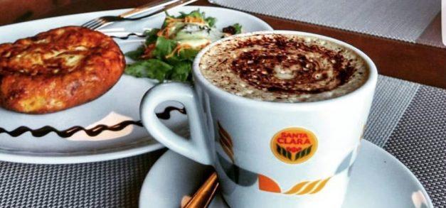Uma xícara de café para despertar o corpo e a mente