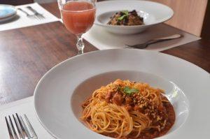 Macarronete à bolonhesa é uma das opções de massas do 2707, restaurante que traz outras delícias variadas também, como ostras e feijoada (Divulgação)