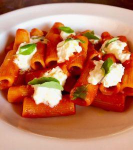 Rigatoni pomodoro, basilico e stracciatella