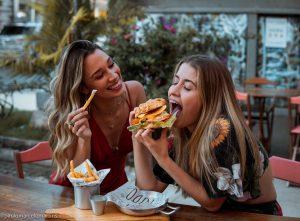 Hambúrguer com batata frita do Ice Kid é apenas uma das muitas possibilidades saborosas de combinação na casa