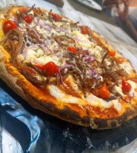 Pizza de carne de sol com pimenta biquinho