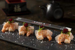 Sashimi de camarão e peixe branco