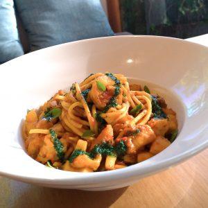 Espaguete ao molho rústico de tomate com frutos do mar